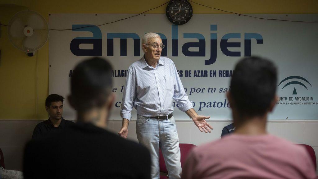 Antonio Villatorre, ludópata rehabilitado y terapeuta en Amalajer, durante una sesión en grupo de adictos al juego.