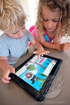Niños jugando con la tablet. Peligros de internet para los hijos